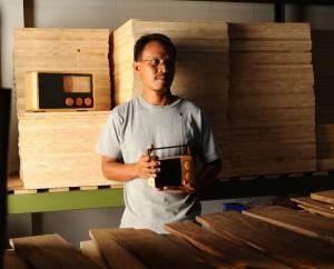 Der Designer Singgih Kartono mit dem Wooden Radio