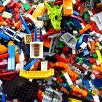 zahlreiche Legosteine in verschiedenen Formen und Farben