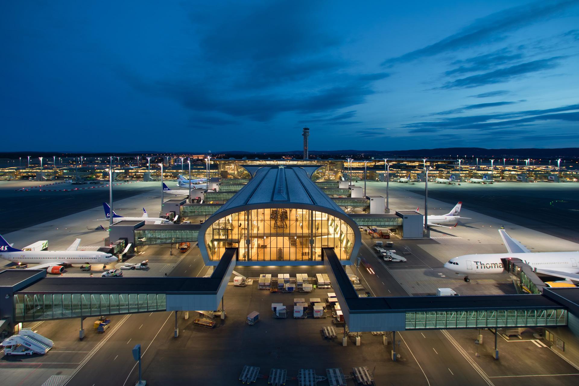 Aufnahme vom Nordpier des Flughafens von Oslo bei Nacht